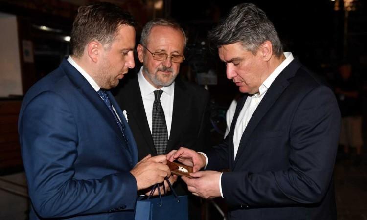 Gradonačelnik Skaka uručio Cvijet Srebrenice predsjedniku Republike Hrvatske Milanoviću